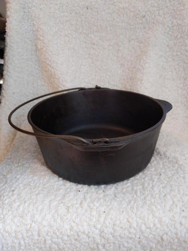 Can someone help me identify this cast iron Dutch oven-1590093563862278300861847103620_1590093611610.jpg